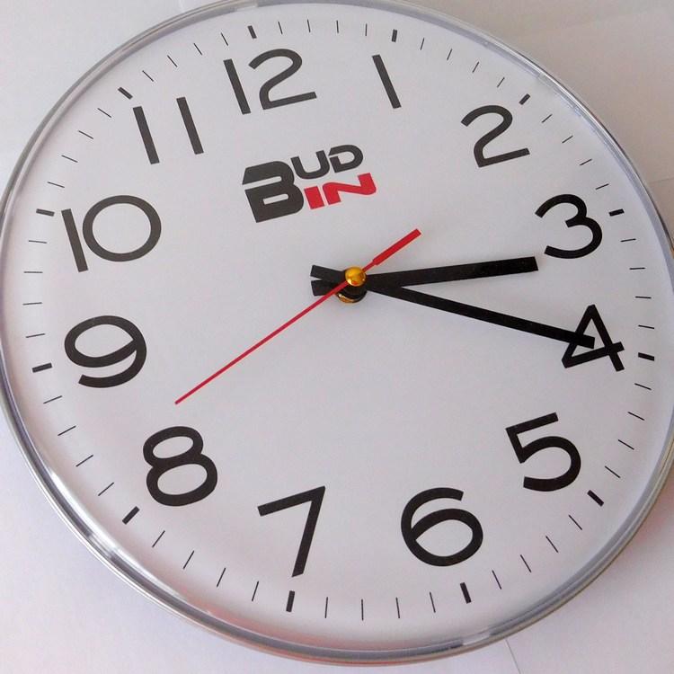 Stříbrné přehledné kuchyňské hodiny s arabskými číslicemi Bud-In C1808